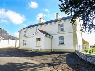 BRIDGE VIEW HOUSE, open fire and woodburning stove, patio garden, fantastic area for fishing, Belturbet, Ref 942512