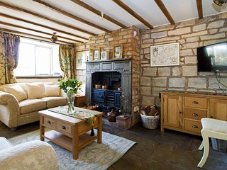 Stunning C17th historic stone cottage, only 4 miles from Stratford-upon-Avon!