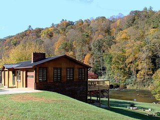 RIVERS EDGE- w/Hot Tub, FIre Pit, WiFi, Gas F/P & Ping Pong. Near Zaloo's!
