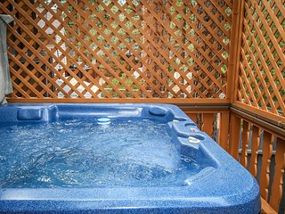 ~Cedar Glen~Private Hot Tub~Bear Mtn Furnished Chalet~Minutes To Town