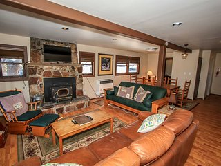 Arctic Fox~Two Story Lodge Cottage~Great Location~Fully Furnished~Free WiFi~