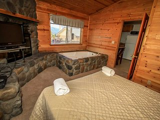 Lakeview Lodge Unit #C~Basic Unit With Kitchenette~Jetted Tub~Walk To Lake/Town~