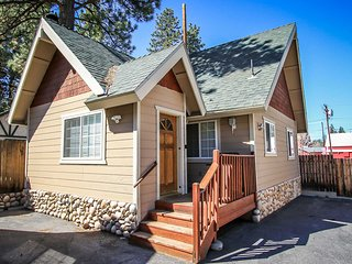 Cute Downtown Lodge Unit~ Kitchen, Fireplace, Living/Dining Area~ Pets Welcome~, Big Bear Region