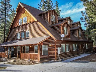 ~Four Seasons Chalet~8 Bd~Massive Upscale Retreat~Hot Tub~Game Room~