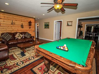 ~Four Seasons Chalet~Massive Upscale Retreat~Hot Tub~Game Room~