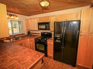 Darling Mountain Family Cabin~Fireplace~Washer/Dryer~Walk To Town~Fenced Yard~, Big Bear Region