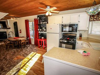 ~Sugar Bear~Kitchen & Dining~Deck With BBQ~Minutes To Town~