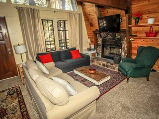 Three Bears Cabin~Fireplace~Cozy Living Room~Upstairs Loft~BBQ & Large Decks~