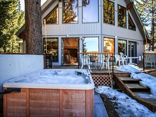 Hudson Bay Lakefront Home~Outdoor Spa~Pool Table~Foosball~Fireplace~Pets~