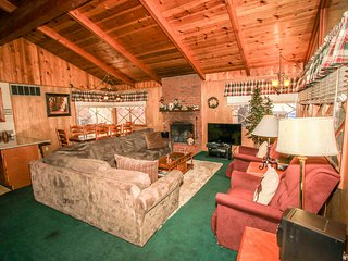Avalon Hide Out~Close To Stores & Skiing~Wood Burning Fireplace~Equipped Kitchen