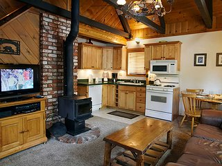 Moon Shadow Cabin~Private Outdoor Spa On Deck~Fireplace~Kitchen~HDTV~