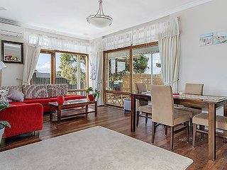 Renovated Garden Cottage Close to Beaches, Rockingham