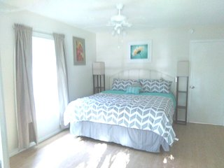 2 miles to Siesta Key. Updated, 2 king beds, Lanai, Sarasota