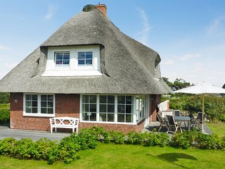 Söl'ring Hüs – a well-appointed, 3-bedroom house with WiFi and a terrace – 400m from the beach!, Sylt