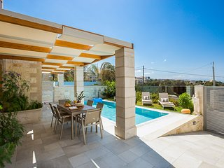 Villa Athena,Heated pool & Jacuzzi! Walking distance to shops, 5' to the beach!