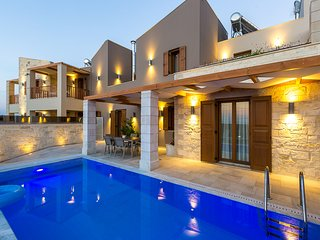 Villa Athena, mythical aura! Heated pool & Jacuzzi, Réthymnon