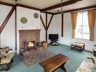 GARDENERS COTTAGE, pet friendly, character holiday cottage, with a garden in Talhenbont Hall Country Estate, Ref 383, Chwilog