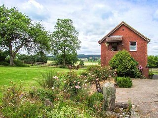 CROFT VIEW, first floor apartment, en-suite, romantic retreat, walks and cycle routes from doorstep, near Leominster, Ref 905755