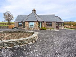 BOGAIRN, all ground floor, king-size bed, en-suite, off road parking, in Aberlou
