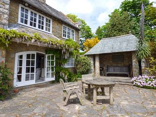 THE DOVECOTE, sea views, WiFi, open fire, beautiful gardens, private access to