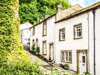IVY COTTAGE, Grade ll listed, wood-fired hot tub, pet-friendly, WiFi, in Settle