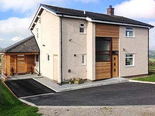 PEN BRYN LLAN, detached farmhouse, en-suite, summer room, patio with furniture