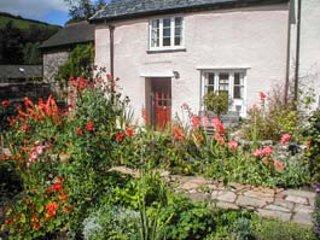 OLD HOUSE COTTAGE, romantic retreat, woodburner, pet-friendly, private garden, WiFi, Dulverton, Ref 935214