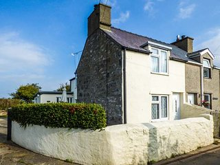 DELYN COTTAGE, WiFi, woodburner, ground floor bedroom and bathroom, Pwllheli