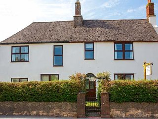 FAIRFIELD HOUSE, superb farmhouse, en-suites, woodburner, hot tub, sauna, in
