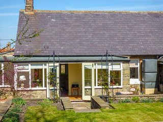COBBLESTONES, woodburner, WiFi, enclosed garden, in Newton on the Moor, Ref 9462