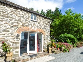 THE HAYLOFT, romantic, private patio, barn conversion, WiFi, pet-friendly, Cerrigydrudion, Ref 948332