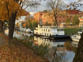 Mysigt vandrarhem på båten Selma i centrala Uppsala, Upsala