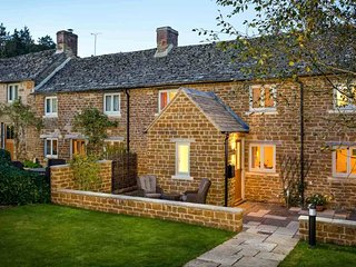 Climbing Rose Cottage is a beautiful Cotswold stone cottage