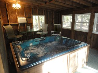 Greers Ferry  Indoor HOT TUB, walk to lake