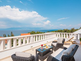 Villa Zavoreo - private pool, BBQ, just 100 m from the beach, stunning sea views, Sutivan