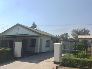 Cosy 2 bedroom cottage in fenced yard, Harare