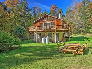 3BR Jewett Cabin w/Viewing Deck-10 Mins to Skiing!