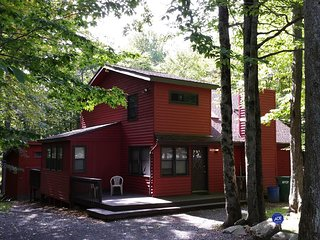 Poconos Chalet Vacation Over 500 five star / GAME ROOM