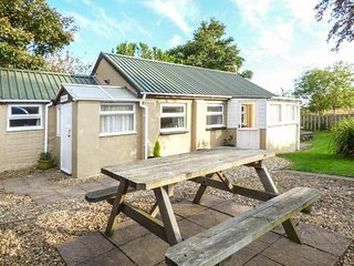 TRENANT COTTAGE, detached, sun room, patio with BBQ, pet-friendly, Fowey, Ref 945883