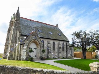 CHAPEL HOUSE, luxurious church conversion, all bedrooms en-suite, Chale, Ref 946860