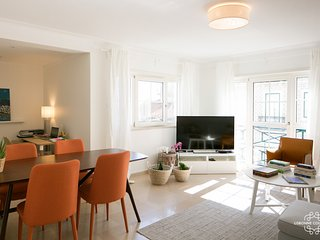 Ap24 - Confortable 2 bedrooms apartment with private parking in Graça district, Lisboa