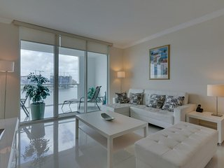 Bayview condo w/ well-appointed balcony & skyline views + shared pool & hot tub!, Sunny Isles Beach