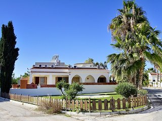 4BR Villa, private pool, 30m from Coral Bay Beach, Paphos