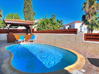 4BR Villa, private pool, 30m from Coral Bay Beach
