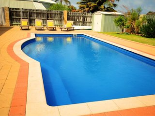 CASTAWAY -4 BEDROOMS 2 BATHROOMS POOL A/CON WI FI NETFLIX