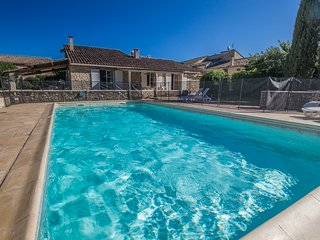 Entrechaux Vaucluse, Stone house 9p. private pool, at the foot of the Mont