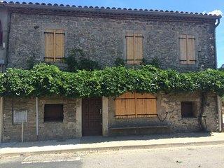 Maison de village typique des causses du Lazac, Roqueredonde