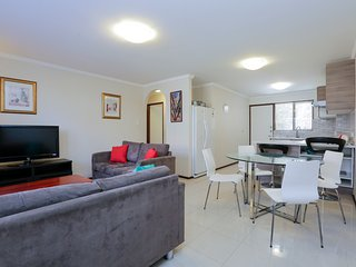 Execellent 2BRM Apartment Six-2mins to cafes shops, East Victoria Park