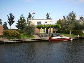 Villa Lisdodde 2 a/t waterfront, IJsselmeer beach., Workum