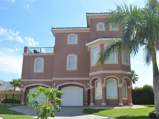 4BR/4BA,HEATED POOL, GATED COMM, 3 HOUSES TO BEACH, South Padre Island